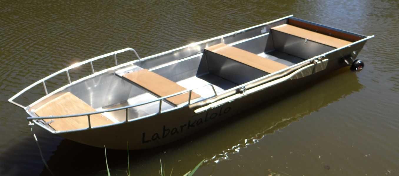 Fischerboot-mit-Flachboden